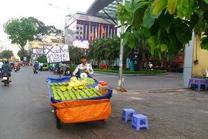 Xoài keo Campuchia giá rẻ tràn ngập vỉa hè