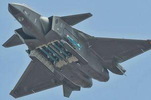 Tiêm kích tàng hình J-20 Trung Quốc lần đầu khoe tên lửa