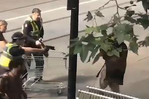 Tặng 2 tỉ đồng cho 'anh hùng vô gia cư' dùng xe đẩy siêu thị đánh trả kẻ khủng bố