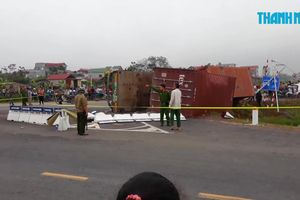 Lật xe container, người mẹ trẻ và con gái chết thương tâm