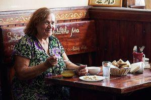 Độc đáo quán cà phê miễn phí ăn trưa cho người già tại Nga