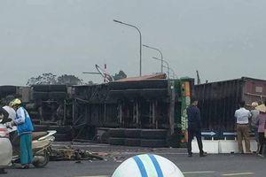 Hà Nội: Xe container lật nghiêng, 2 người đi xe máy bị đè tử vong