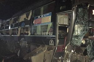 Bình Dương: Xe khách đâm vào nhà dân, 1 người thiệt mạng