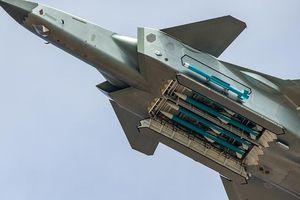 Máy bay Trung Quốc ngửa bụng khoe tên lửa, thế giới trầm trồ