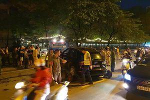Tài xế Audi Q5 bỏ đi sau khi tông Mercedes và 2 xe máy, 2 người nhập viện