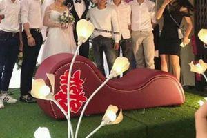 Cả đám cưới 'đỏ mặt' với món quà được hội bạn bè cô dâu chú rể mang đến, dân mạng được phen ôm bụng cười
