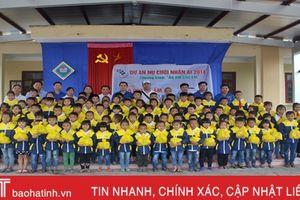 454 áo ấm đến với học sinh các xã khó khăn huyện Vũ Quang