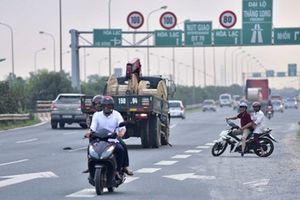 Xử lý tình trạng xe máy đi vào làn đường ôtô trên Đại lộ Thăng Long