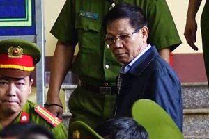 Hình ảnh đối lập giữa ông Phan Văn Vĩnh và ông Nguyễn Thanh Hóa trong phiên tòa xử đường dây đánh bạc nghìn tỷ