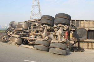 Hà Nội: Lật container, 2 người chết thảm dưới thùng xe