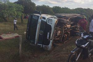 Lật xe tải chở trụ điện, hai người tử vong ở Đắk Lắk