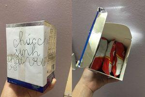 Xúc động hộp quà sinh nhật của cậu bé lớp 1 tự tay chuẩn bị, nắn nót viết lời chúc tặng chị gái nhân dịp sinh nhật