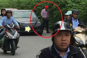 Người đàn ông đi xe Mercedes có hành động phản cảm giữa đường