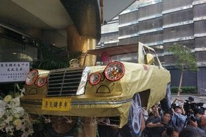 Tang lễ nhà văn Kim Dung: Người nhà đốt máy bay, ôtô vàng mã