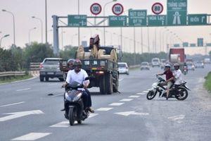 Đề nghị công an xử lý xe máy đi vào cao tốc Thăng Long