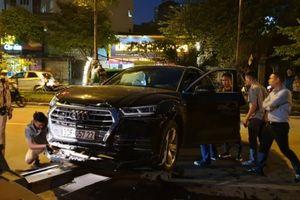 Tài xế Audi Q5 bỏ đi sau khi tông Mercedes và 2 xe máy