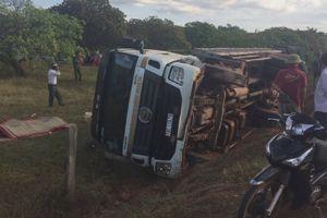 Xe chở trụ điện bị lật, đè chết 2 công nhân ở Đắk Lắk