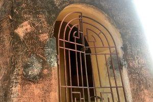 Xót xa hình ảnh nhiều di tích lịch sử ở Hà Nội bị khắc chữ, vẽ bậy lem nhem