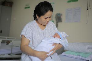 Sản phụ 42 tuổi bị u hiếm gặp vỡ òa niềm vui khi con trai chào đời mạnh khỏe