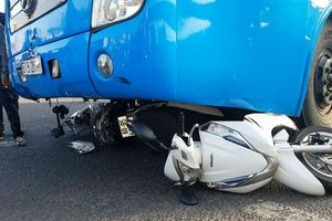 Đồng Nai: Xe khách tông hàng loạt xe máy dừng đèn đỏ