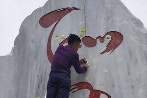 Nhiều phượt thủ dán giấy ghi tên mình lên hòn đá biểu tượng Tam Đảo
