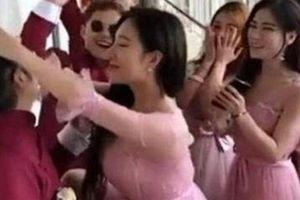 Phù dâu quá bạo khiến phù rể 'khóc thét' trong đám cưới