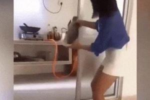 Ngày đầu về làm dâu mẹ chồng bảo vào bếp nấu nướng