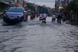 Sau cơn mưa chiều, Tân An 'thất thủ' chìm trong biển nước