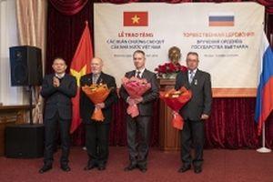 Trao tặng phần thưởng cao quý của Nhà nước Việt Nam cho cán bộ Cơ quan Bảo vệ LB Nga