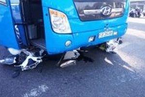 Xe khách tông xe máy dừng đèn đỏ, năm người bị thương