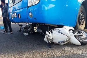 Xe khách cuốn 3 xe máy vào gầm, ít nhất 5 người gặp nạn