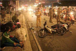 Ô tô 'điên' tông hàng loạt xe máy ở Sài Gòn, 5 người thương vong
