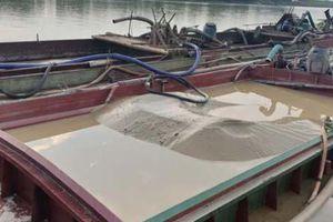Bắt 3 tàu khai thác cát trái phép trên sông Mã