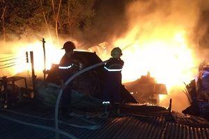 Xưởng gỗ rộng 600m2 cháy ngùn ngụt ở Tây Ninh