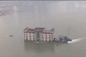 Nhà 5 tầng trôi nổi trên sông Dương Tử gây sốt cộng đồng mạng