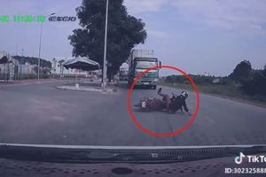 Thanh niên đi xe máy 'bỏ của chạy lấy người', thoát chết thần kỳ trước đầu xe tải