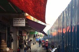 TP.HCM: Cận Tết Nguyên đán, người dân khổ với lô cốt