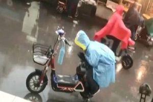 Lấy thân mình che cho yên xe mẹ khỏi ướt dưới trời mưa, bé trai được cộng đồng mạng yêu thích