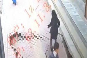 'Hố tử thần' rộng 3 mét bất ngờ xuất hiện 'nuốt chửng' người phụ nữ đi bộ trên vỉa hè