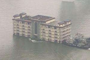 Nhà hàng 5 tầng ở Trung Quốc trôi lững lờ trên sông gây choáng