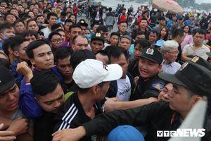 Cơn giận đám đông và bất cập đằng sau dòng người xếp hàng mua vé