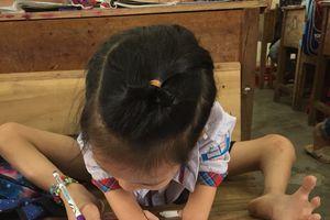 Giờ học của cô bé 8 tuổi cụt tay, dùng chân nắn nót viết chữ đẹp