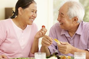 Dinh dưỡng hợp lý cho người cao tuổi bị đột quỵ
