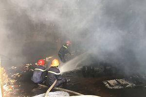 Hỏa hoạn dữ dội ở chành xe tại Hóc Môn