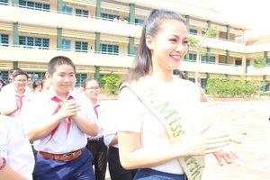 Hoa hậu Phương Khánh xúc động khi về thăm trường cũ