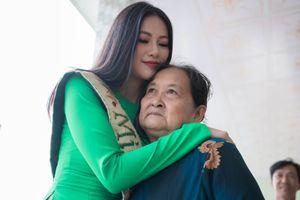 Hoa hậu Phương Khánh ôm chầm bà ngoại khi về quê Bến Tre