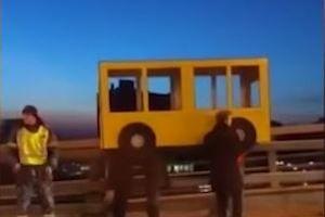 4 thanh niên Nga cải trang thành xe buýt để đi lên cầu