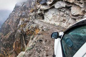 Run rẩy lái xe trên đoạn đường 'tử thần' của dãy Himalaya