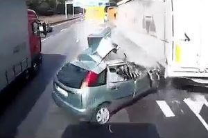 Ôtô chuyển làn bất cẩn trên cao tốc, bị container nghiền nát