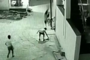 Cậu bé thoát chết khi ngã từ tầng 3 xuống đất nhờ rơi trúng bạn